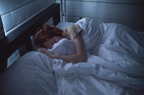 72小时不睡觉的危害:炎症、幻觉、大脑受损