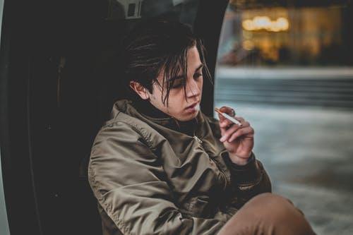 年轻人怎么戒烟(未成年儿童戒烟的方法和指南)
